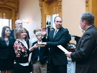 Sen. Bob Peterson takes the oath of office.